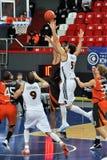 有球的蓝球运动员飞行到篮子 免版税库存图片