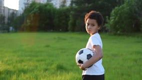 有球的足球运动员男孩录影画象在公园 股票录像