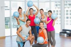 有球的适合的青年人在健身房 免版税库存照片