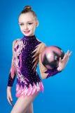有球的年轻白种人体操运动员 库存照片