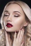 有理想的构成的秀丽妇女 美好的专业假日构成 红色嘴唇和钉子 秀丽女孩在黑色隔绝的` s面孔 免版税库存图片