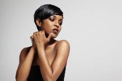 有理想的皮肤和短的理发的黑人妇女 库存照片