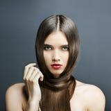 有理想的皮肤的,红色唇膏美丽的女孩 免版税库存图片