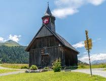 有瑞士旗子的木教会在阿尔卑斯在瑞士 免版税图库摄影