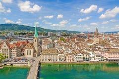 有瑞士苏黎士-鸟瞰图的市中心的大教堂Fraumunster和圣皮特圣徒・彼得教会 库存图片