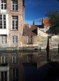 有瓦屋顶运河的欧洲布鲁日比利时历史的房子 库存图片