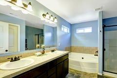 有瓦片修剪的蓝色卫生间 免版税库存照片