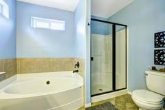 有瓦片修剪的蓝色卫生间 免版税库存图片
