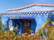 有瓦片和圣诞灯的墨西哥蓝色灰泥议院 免版税库存照片