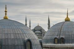 有瓦片圆顶和尖塔的蓝色清真寺 免版税图库摄影