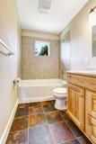 有瓦片墙壁修剪和窗口的空的卫生间 免版税库存图片