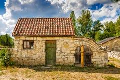 有瓦片屋顶的古老石房子  图库摄影