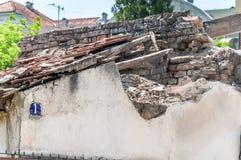 有瓦片的倒塌的屋顶在老被破坏的国内房子关闭 免版税图库摄影