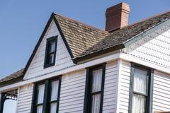 有瓦状屋顶的新的白色房子有烟囱的 图库摄影