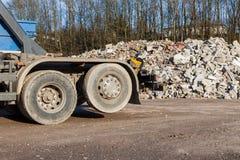有瓦砾的一辆回收的卡车在背景中 免版税库存照片