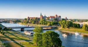 ?? 有瓦维尔山和维斯瓦河的克拉科夫全景 免版税库存图片