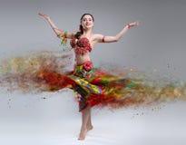 有瓦解的礼服的舞蹈家 免版税库存图片