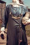 有瓶子的斯堪的纳维亚妇女 库存图片