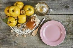 有瓶子的空的板材果酱和柑橘在土气木backgro 库存照片