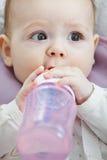 有瓶特写镜头的逗人喜爱的婴孩 免版税库存图片
