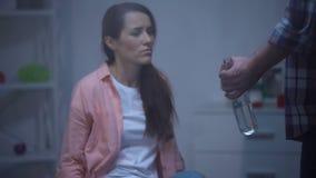 有瓶的使上瘾的人伏特加酒威胁的妻子在下雨天,骚扰 股票视频