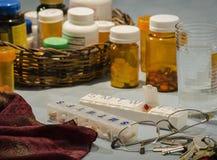 有瓶的多日药片组织者 免版税图库摄影