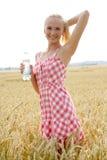 有瓶的少妇水 免版税库存图片