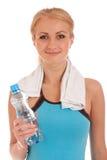 有瓶的愉快的健身妇女水和毛巾 免版税库存图片