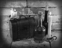 有瓶的老箱子在地窖2里 免版税库存照片