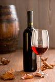 有瓶的葡萄酒杯 免版税库存照片