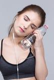 有瓶的运动的妇女水 免版税库存图片