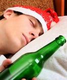 有瓶的年轻人啤酒 免版税库存照片
