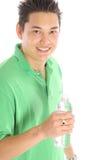 有瓶装水的亚裔人 免版税图库摄影