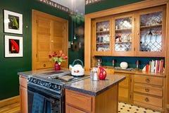 有瓷器柜的厨房 免版税图库摄影