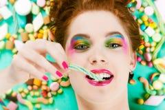 有甜好吃的东西和糖果的女孩 库存照片