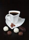 有甜点的咖啡杯 免版税库存照片