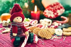 有甜点的特写镜头圣诞节木玩偶 库存图片