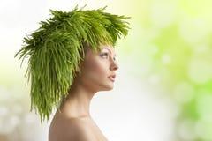 有生态发型的春天女孩 免版税库存图片