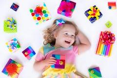 有生日礼物的小女孩 免版税图库摄影