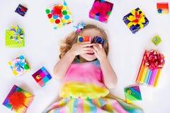 有生日礼物的小女孩 库存照片
