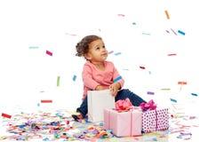 有生日礼物的愉快的矮小的女婴 免版税库存图片