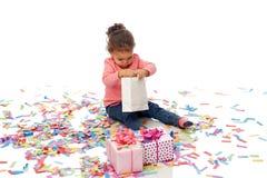 有生日礼物的愉快的矮小的女婴 图库摄影