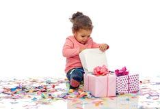 有生日礼物的愉快的矮小的女婴 库存照片