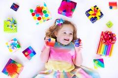 有生日礼物的美丽的小女孩 免版税库存照片