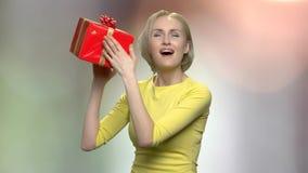 有生日礼物箱子的情感妇女 股票视频