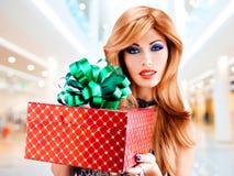 有生日礼物红色箱子的美丽的性感的妇女 库存照片