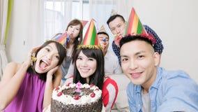 有生日聚会的人们 免版税库存照片