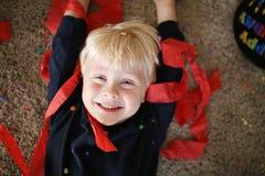 有生日聚会装饰的愉快的小男孩 免版税图库摄影