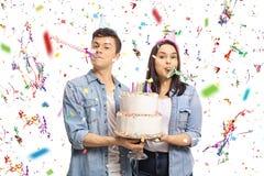 有生日蛋糕和党垫铁的少年 图库摄影