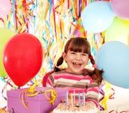 有生日蛋糕和礼物的小女孩 免版税库存图片